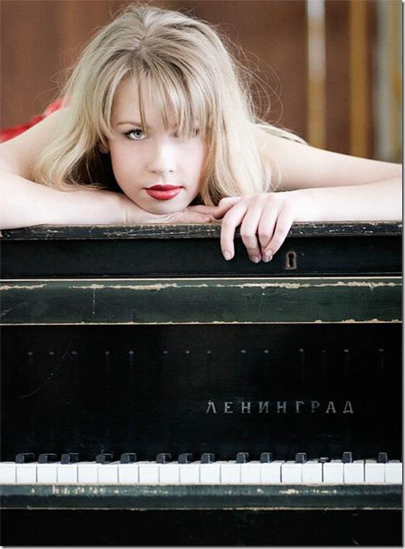 девушка на рояле лежит