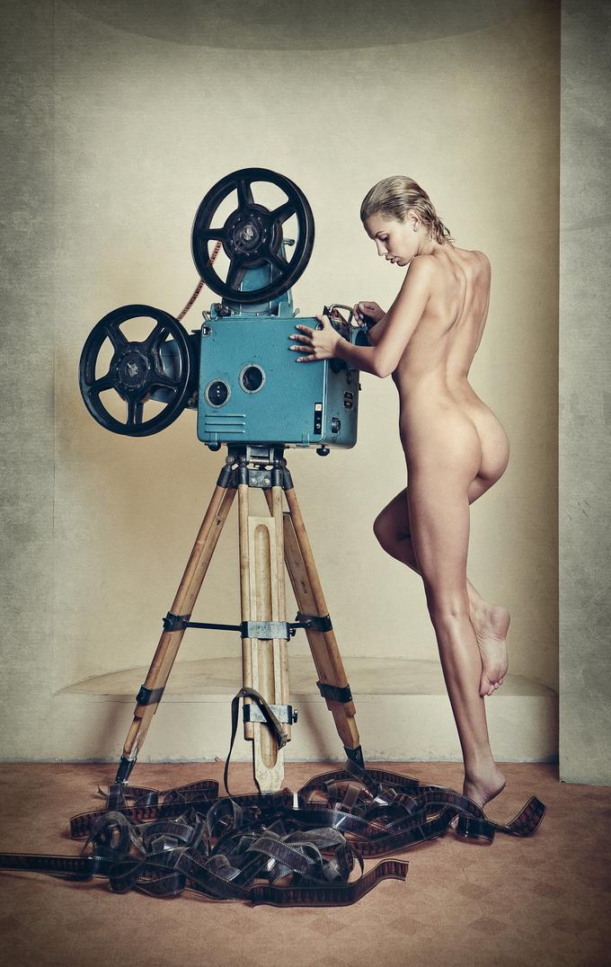 девушка с киноаппаратом